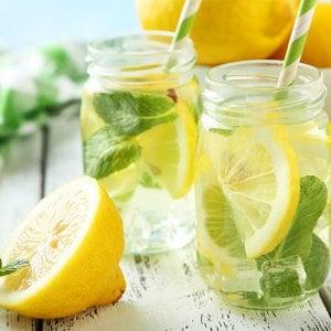 Infusi alla frutta e ghiaccioli, come combattere il caldo a tavola quando si è in terapia