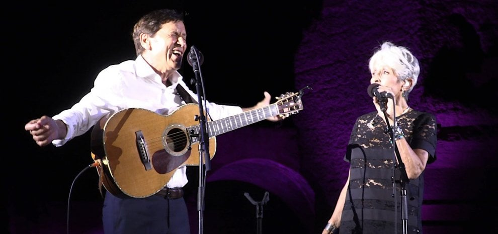 Joan Baez, sorpresa sul palco: arriva Gianni Morandi e intona 'C'era un ragazzo...'
