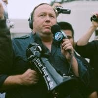 Usa, i social cancellano i post del complottista Alex Jones