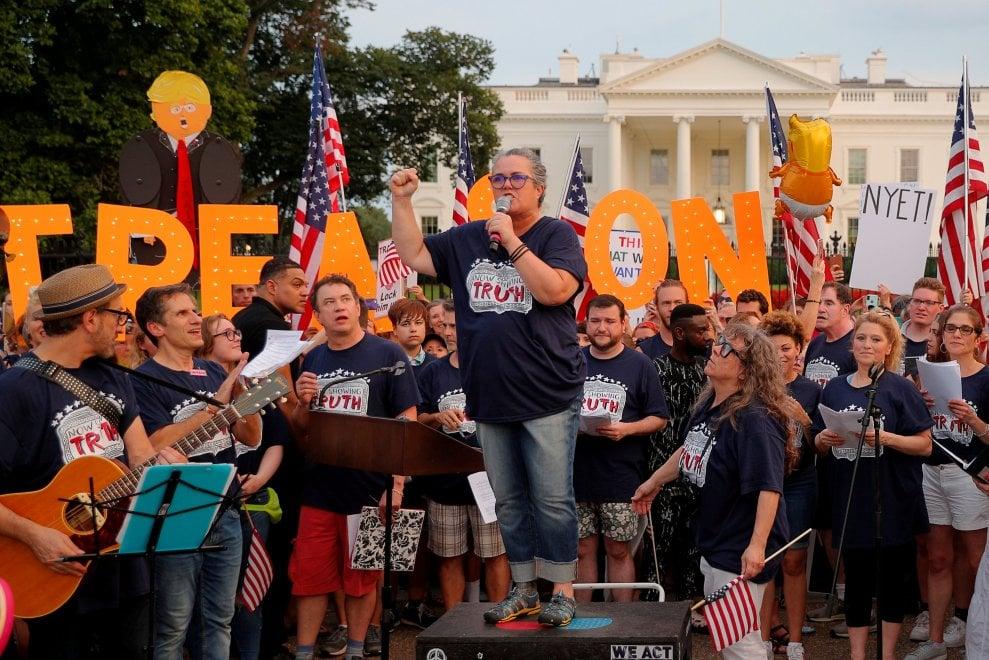 """La protesta di Broadway davanti alla Casa Bianca: """"Dépendance del Cremlino"""""""