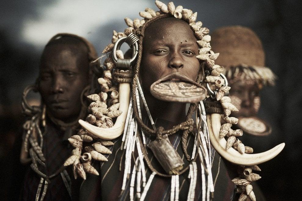 """I foto-ritratti delle tribù in via d'estinzione: """"Nei loro occhi, si tramanda una storia antichissima"""""""