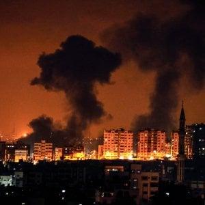 Gaza, dalla Striscia 180 razzi. Israele risponde con i raid, muoiono una donna incinta e figlia di un anno e mezzo