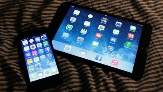 """""""Smartphone e tablet fanno male alla vista"""". Colpevole la luce blu"""