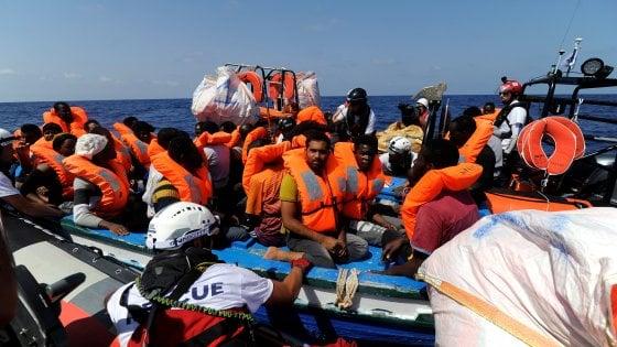 Migranti, nuovo sbarco in Calabria: in 72 su una barca a vela. Aquarius soccorre 141 persone