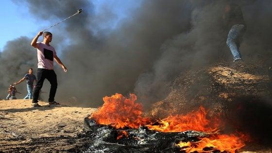Gaza, ancora scontri al confine: ucciso medico palestinese