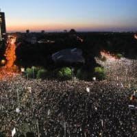 A migliaia in piazza a Bucarest, la diaspora romena contro la corruzione