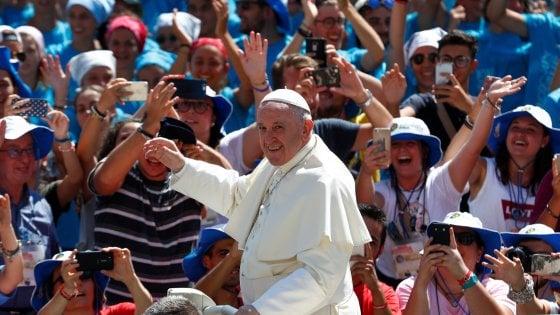"""Piazza San Pietro invasa dai giovani. Il Papa: """"No alla cultura della morte e al disprezzo dell'altro"""""""