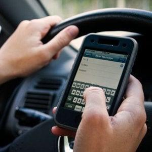 """Toninelli: """"Ritiro della patente per chi parla al telefonino"""""""