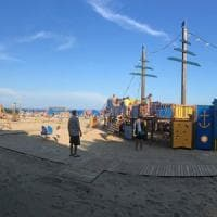 Lignano, sulla spiaggia nasce il parco giochi inclusivo: tutti assieme sulla
