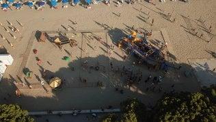 Dasabilità, sulla spiaggia nasce il parco giochi inclusivo: tutti assieme sulla nave dei pirati