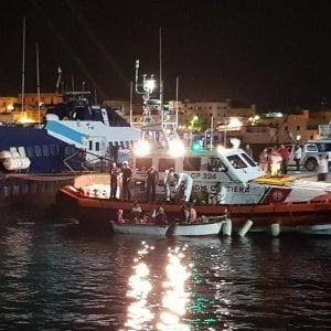 Migranti, altri 100 arrivi a Lampedusa. La Tunisia ferma 9 jihadisti diretti in Italia. Alert per un gommone con 150 a bordo che non si trova