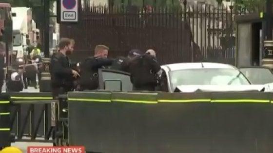 Londra, auto contro barriere del Parlamento