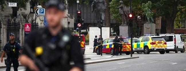 """Westminster, auto si schianta sulle barriere: pedoni feriti, arrestato il conducente video.Scotland Yard indaga per """"atto di terrorismo"""""""