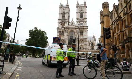 """Londra, auto si lancia contro barriere del Parlamento. ha un nome il """"sospetto terrorista"""" arrestato: originario del Sudan con cittadinanza inglese"""