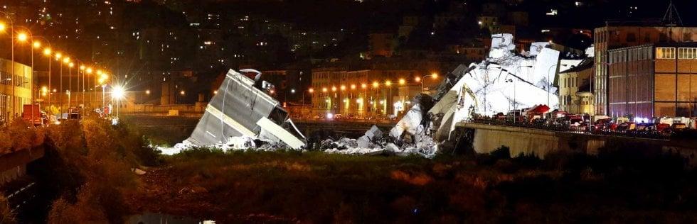 Genova, si scava sotto il ponte crollato: 31 morti, tre i bambiniFoto del disastro 12 Rep tv Sospesi per aria per il salvataggio