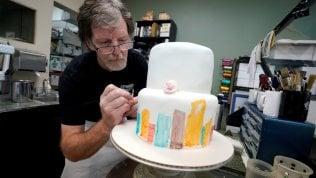 Nuova causa per il pasticcere antigay del Colorado: ha rifiutato una torta a una transgender