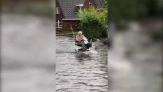 L'anziano in scooter: l'inondazione non lo ferma