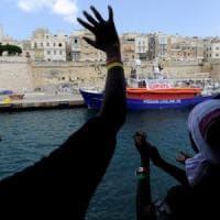 L'Italia accoglierà venti migranti della Aquarius, Salvini smentito
