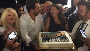 Nella notte del crollo Salvini fa festa coi leghisti di Messina video