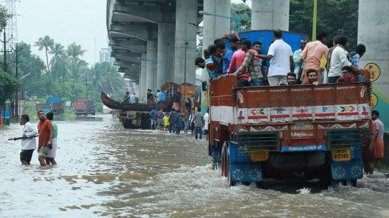 India, inondazioni nello stato del Kerala: le difficili operazioni di soccorso
