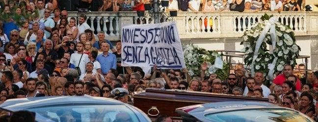 """Protezione civile: """"I dispersi sono solo cinque"""".Funerali di Stato, venti famiglie dicono no"""