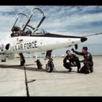 Pilota di jet si getta con il seggiolino. Lo ritrovano mentre beve con un contadino
