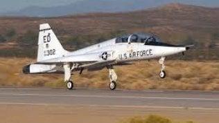 Pilota di jet precipita e si getta con il seggiolino. Lo ritrovano mentre beve con un contadino