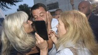 In viaggio tra i tifosi di Salvini: selfie e baci sognando il salvatore