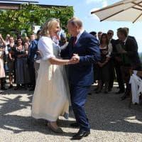 Putin balla al matrimonio della ministra austriaca con i cosacchi (e fa aspettare Merkel)