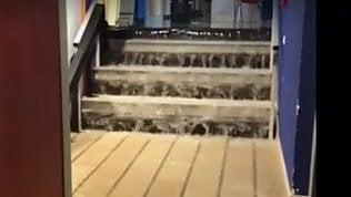 La pioggia allaga l'ospedale di Padre Pio: le scale come cascate