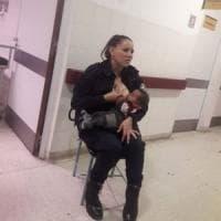 Argentina, poliziotta allatta figlio di una donna arrestata: lo scatto diventa