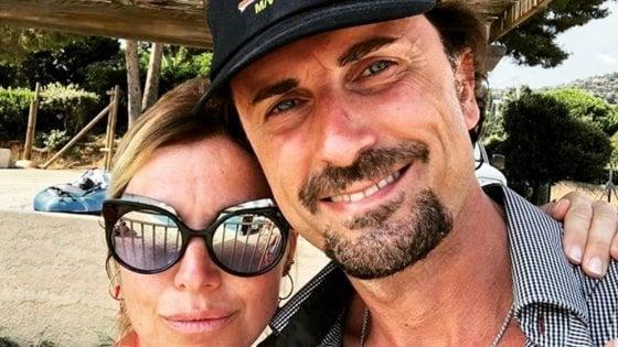 "Toninelli si fa un selfie al mare, è polemica. FI: ""Raccoglie conchiglie anziché riferire in Parlamento"""