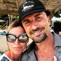 "Toninelli si fa un selfie al mare, è polemica. FI: ""Raccoglie conchiglie anziché riferire..."