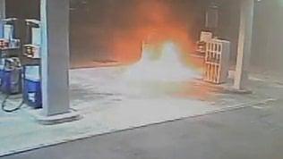 Il distributore gli ruba i soldi della benzina: il cliente gli dà fuoco