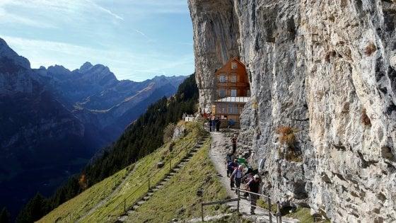Svizzera: in vendita la guesthouse scavata nella roccia. Forse nessuno la comprerà
