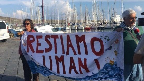 """Diciotti, la procura di Agrigento: """"Stiamo valutando di aprire inchiesta per sequestro di persona"""". L'ipotesi di """"illecito trattenimento"""" dei 177 migranti a bordo"""