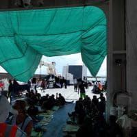 Diciotti, le immagini dei migranti dopo lo sbarco dei minori