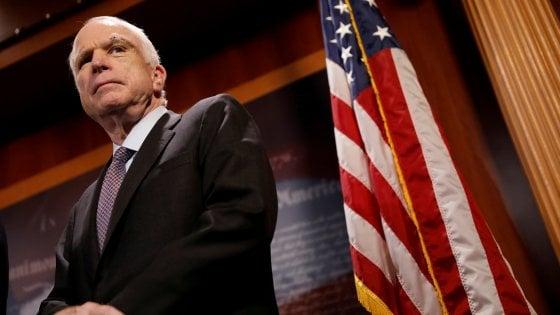 """""""Al mio funerale parlino Obama e Bush, gli uomini che mi hanno sconfitto"""": l'ultima richiesta di John McCain"""