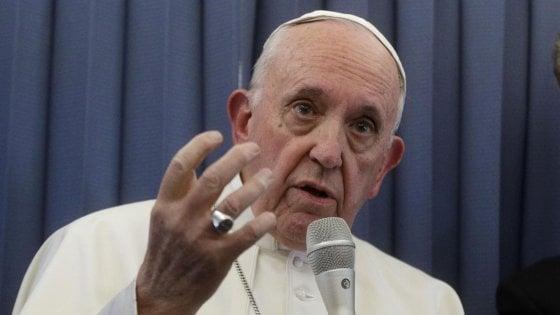 """Pedofilia, attacco a Francesco dall'ex nunzio. Il Papa: """"Giudicate voi"""""""