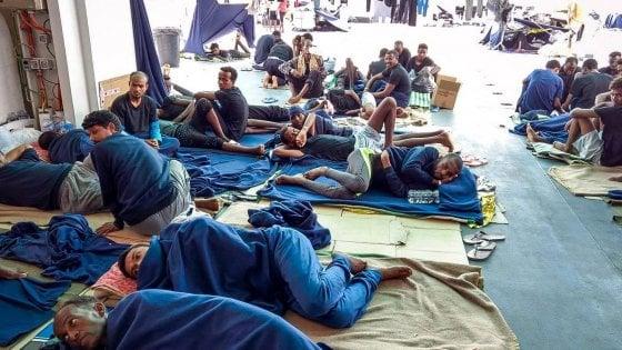 """Spoleto, medico dell'ospedale su Fb: """"Migranti andrebbero annegati al largo"""". Poi dice: """"Non l'ho scritto io"""""""