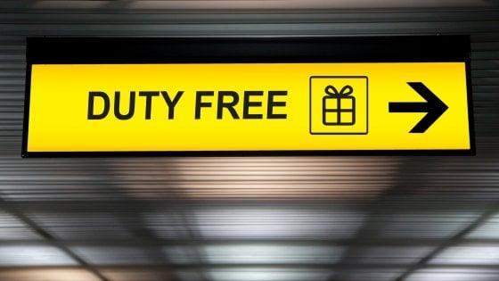 Duty free in aeroporto, che passione... E gli italiani rischiano di restare a terra