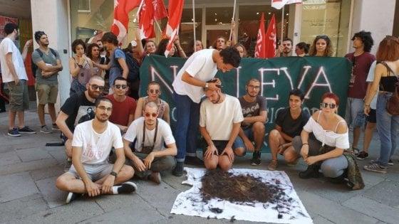 Leva obbligatoria, a Venezia studenti si rasano i capelli a zero per protesta