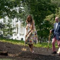 Usa, gonna Valentino e tacchi a spillo per piantare una quercia: il Melania-style divide