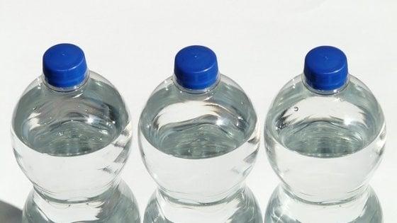 E' reato vendere acqua in bottiglie di plastica esposte al sole