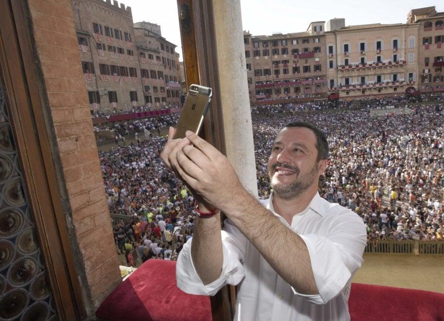 Salvini in fuga da Viminale, tre mesi da ministro dell'Interno tra selfie e feste