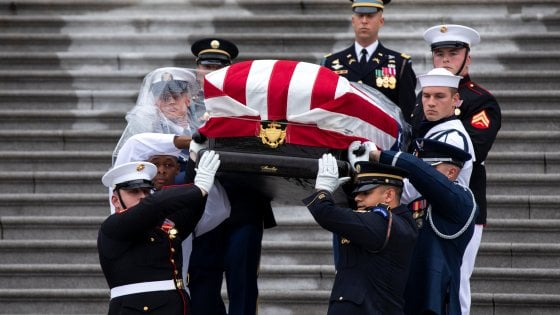 Usa, Bush e Obama al funerale di McCaine, Trump gioca a golf