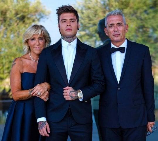Ferragni-Fedez, dimora blindata e abito bianco (con spacco) per le nozze social