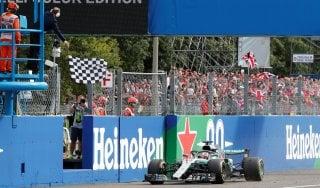 Gp Monza, vince Hamilton davanti a Raikkonen. Amarezza Vettel: toccato in avvio, finisce quarto