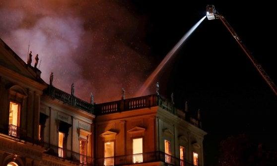 Incendio devasta il Museo Nazionale di Rio de Janeiro, persi reperti antichissimi