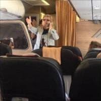 Tensione sul volo Lamezia-Roma, Pupo intona 'Su di noi' e tornano i sorrisi